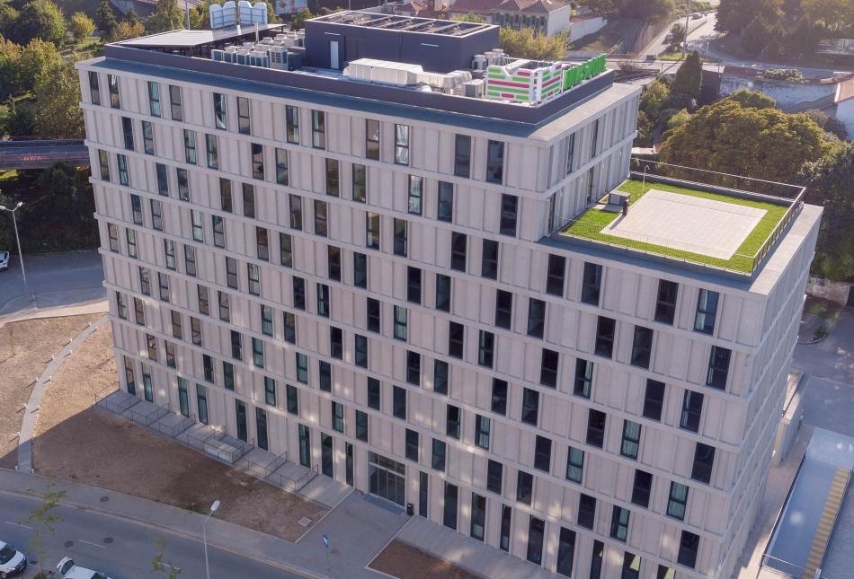 Fachada principal de residências universitárias - DESIGN & BUILD RESIDENCIAL - RU ASPRELA - Garcia Garcia